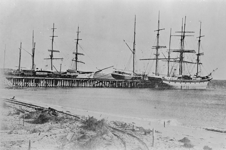 129207PD: Cargo ships docked at Rockingham jetty, approximately 1907. (Click to Start Zoom)