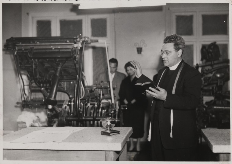 BA1626/40: Father Dario Brunetti blesses the press as the first issue of Il Canguro is printed at Gannon Bros Printers, Perth, May 1955 (Click to Start Zoom)